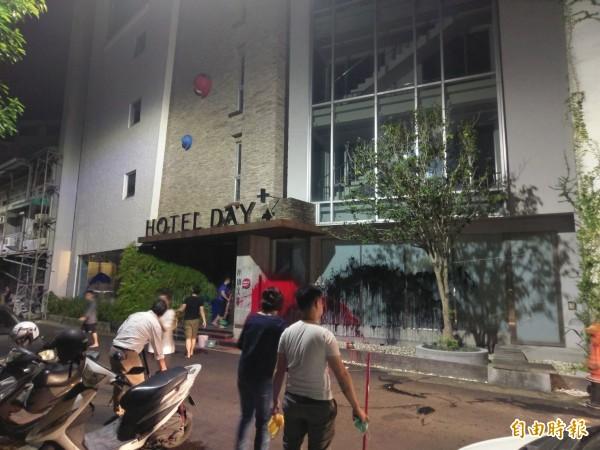 承億文旅嘉義市總公司門口遭潑漆,員工晚間獲報趕往處理。(記者王善嬿攝)