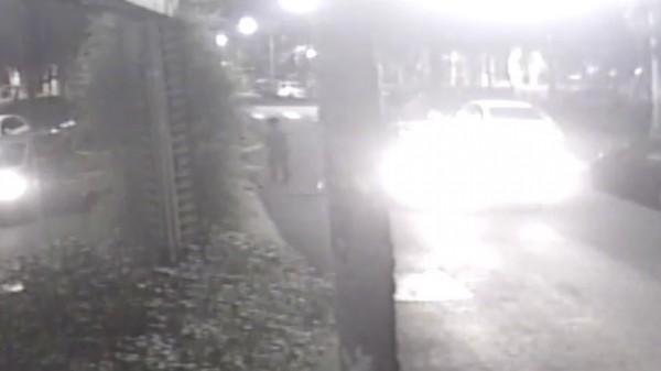 一名男子開車到承億文旅總公司前潑漆,監視錄影器全都錄。(記者王善嬿翻攝)