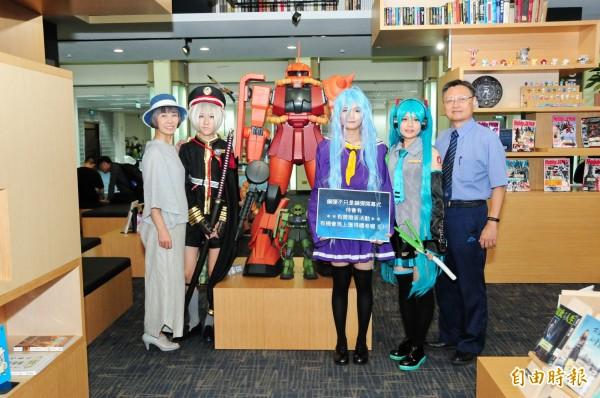 日本經典動漫鋼彈模型進駐靜宜大學蓋夏圖書館。(記者歐素美攝)