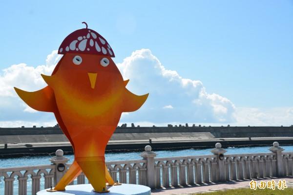 花蓮港親水遊憩區大型戶外藝術作品「悠游」,造型獨特、色彩鮮明,鄰近今年施放煙火的港口紅燈塔區,剛好可作為雙十國慶煙火的前景。(記者王峻祺攝)