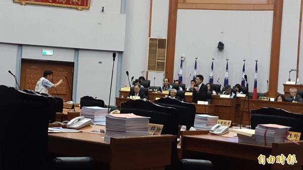 台東縣議會今天再上演縣議員林參天(左)與縣長黃健庭之間的激烈詢答。(記者黃明堂攝)