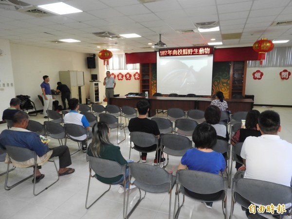 南投縣府於國姓鄉公所召開台灣獼猴危害農作物防治說明會,但與會農民不多。(記者佟振國攝)