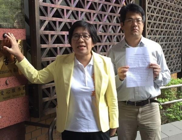 彰化縣長參選人黃文玲(左),今天到台北按鈴申告和美鎮長參選人陳文彬。(黃文玲競選總部提供)