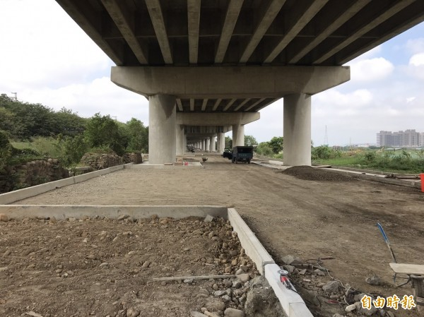新竹市議員曾資程獲報台68快速道路靠近竹市路段遭人傾倒廢棄物,直批偷倒者太可惡了。(記者洪美秀攝)