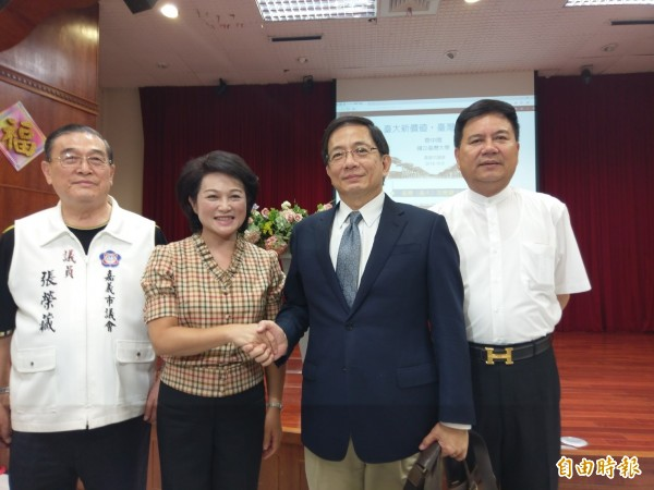 退國民黨投入嘉義市長選舉的市議會議長蕭淑麗(左二)今邀管中閔(右二)到嘉市演講。(記者王善嬿攝)