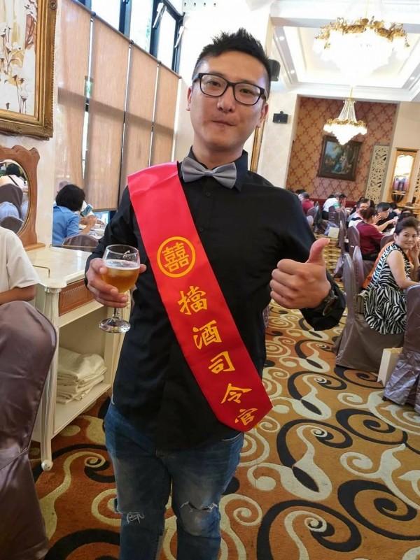南投縣婚宴出現「擋酒司令官」,披紅綵帶幫新人擋酒。(陳國大提供)