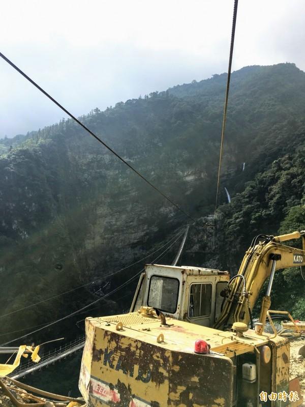 南投信義鄉雙龍景觀吊橋正進行橋台主索地錨固定,一旁則是當地知名的水管吊橋。(記者劉濱銓攝)