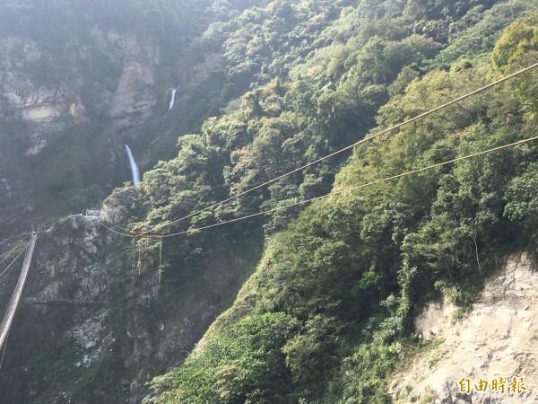 南投信義鄉雙龍景觀吊橋正加緊趕工,一旁則是當地知名的水管吊橋。(記者劉濱銓攝)