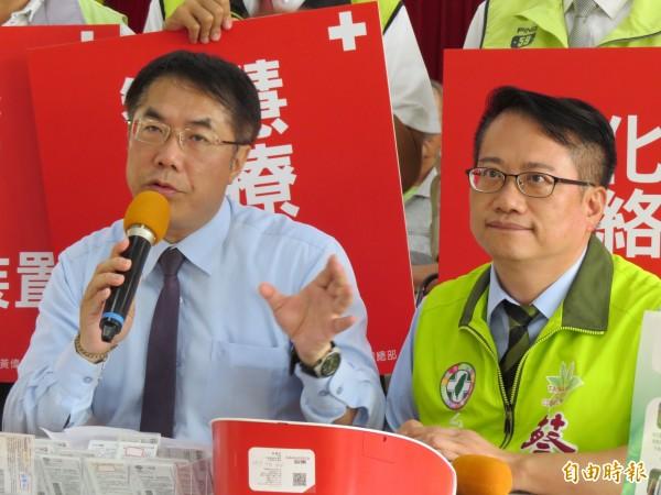 民進黨台南市長參選人黃偉哲(左)及競選發言人蔡旺詮(右)。(資料照,記者蔡文居攝)