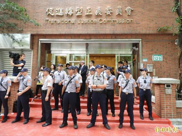 為揭露與反省加害體制,釐清國家在威權統治時期做錯什麼?行政院促轉會預定明年10月以前,建置完成國家級「台灣轉型正義資料庫」。(資料庫)