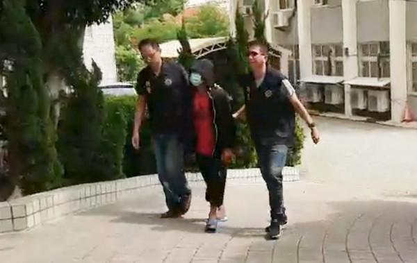 行兇的張男(中)在大甲市區被警方逮捕,押送回警分局。(記者彭健禮翻攝)