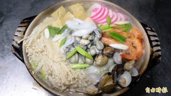 海鮮鍋使用基隆在地新鮮海鮮食材,份量十足。(記者林欣漢攝)