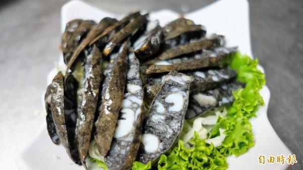 「吉品熱炒」店內菜單料理多達一百多種,基隆在地新鮮海產也入菜,圖為墨魚香腸。(記者林欣漢攝)