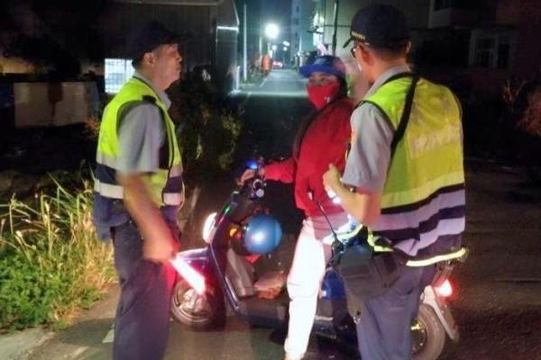 南投警方針對外籍移工騎乘電動自行車進行臨檢勤務情形。(記者謝介裕翻攝)