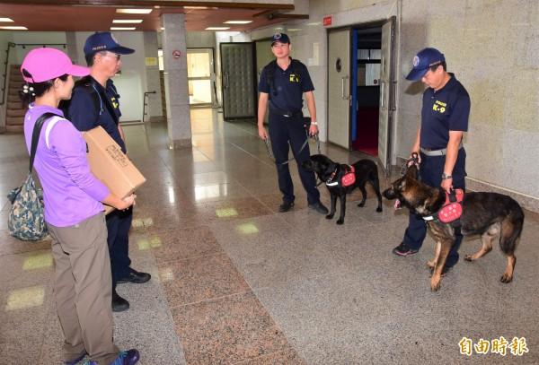 保三總隊警犬隊出動偵爆犬到雙十晚會現場維安。(記者張議晨攝)