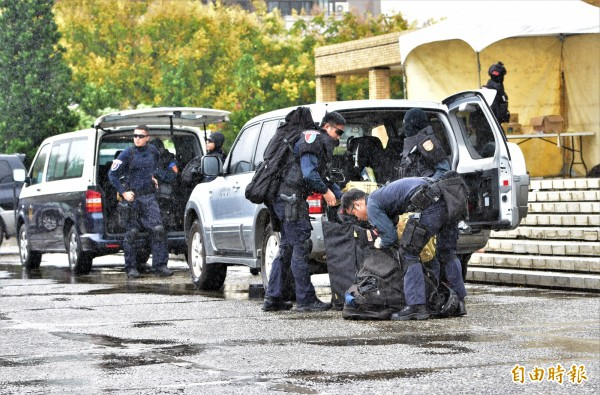 警政署維安特勤隊今晚派員到雙十晚會現場維安。(記者張議晨攝)