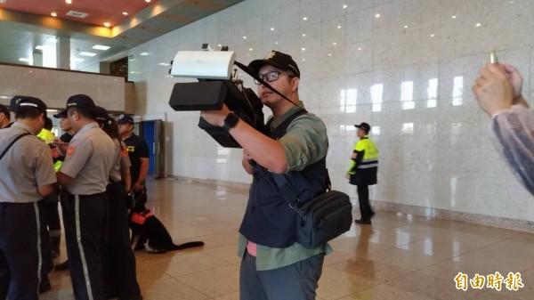 宜蘭縣警方向北市刑大商借無人機攔截器,若再晚會現場發現空拍機,就會遮蔽其訊號迫使降落。(記者張議晨攝)