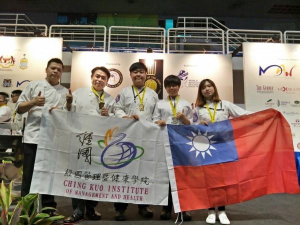 周景堯(左二)說,最開心的是雙十國慶前夕,能在國外奪金,讓師生可以在外國人面前拿出國旗、校旗,是最大榮耀。(記者俞肇福翻攝)