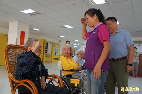 103歲榮民爺爺莊曙村向斗六市長行軍禮。(記者詹士弘攝)