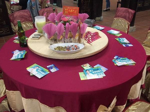 宴會桌上碗筷位置被選舉文宣占據。(讀者提供)