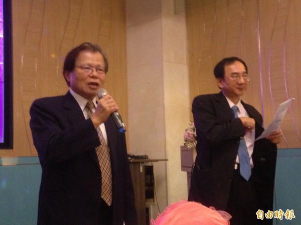 高雄市醫師公會理事長王欽程(左)提及,流感疫苗可能缺貨。(記者黃旭磊攝)