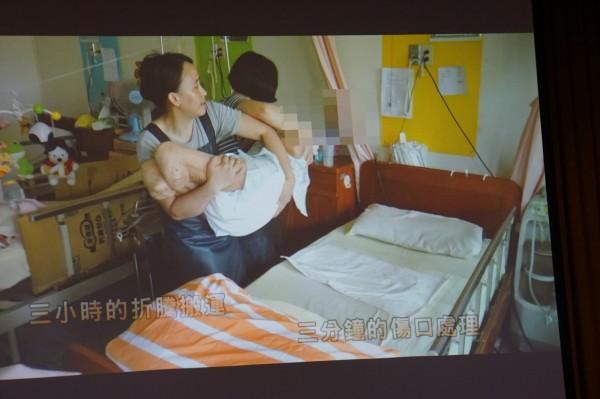 送病患就醫,得勞師動眾,3分鐘的傷口處理,得花3小時的折騰搬運。(記者詹士弘翻攝)