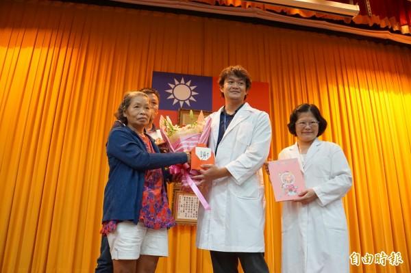 病患家屬感謝台大醫院整形外科與「傷口照護中心」主任張惠琇(右1)等人的付出。(記者詹士弘攝)
