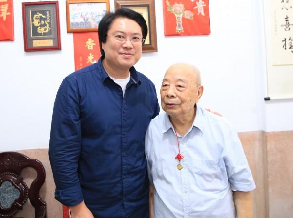 基隆市長林右昌(左)拜訪103歲人瑞徐裕堂(右),徐裕堂也大方分享養生之道。(記者俞肇福翻攝)