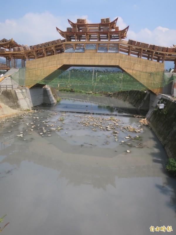 集集鎮武昌宮旁正在興建的中國廊橋即將完工,惟橋下卻是污濁水流,有民眾認為配套不足,相當殺風景。(記者劉濱銓攝)