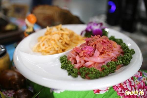「胖匠守作料理」的金牌主廚施俊守,特別以紅龍果入菜,讓傳統粄條染上浪漫紫紅色,從視覺到口感都讓人驚艷。(記者邱芷柔攝)
