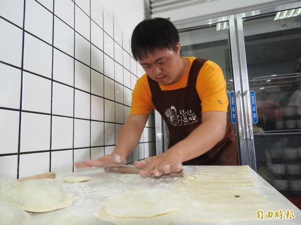廷廷專注揉麵、擀麵,每道程序都不馬虎。(記者佟振國攝)