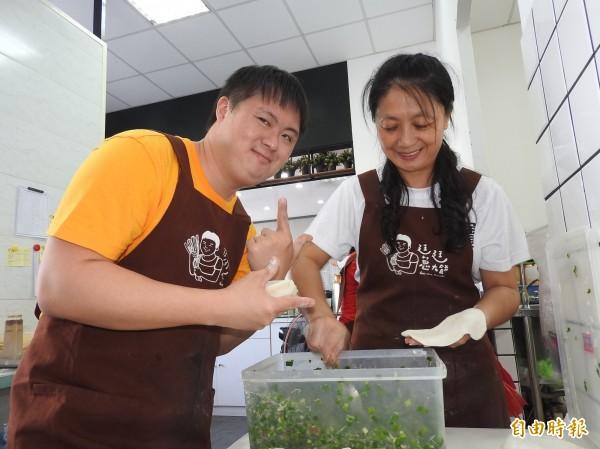廷廷現在能熟練包出韭菜盒,母親廖淑惠(右)相當滿意。(記者佟振國攝)