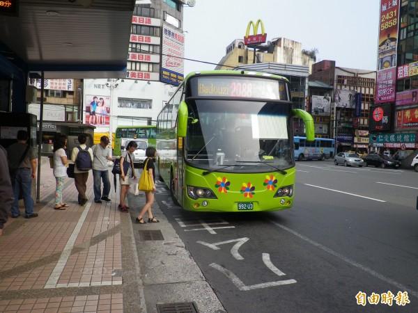 基隆台北快捷公車2088通車至今年8月,載客量已突破400多萬人次。(資料照,記者盧賢秀攝)