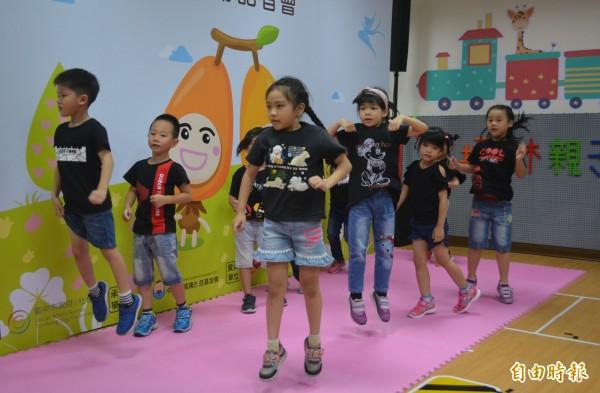 太平坪林親子館暨托嬰中心今天正式開幕,幼兒園小朋友帶來精彩的舞蹈。(記者陳建志攝)