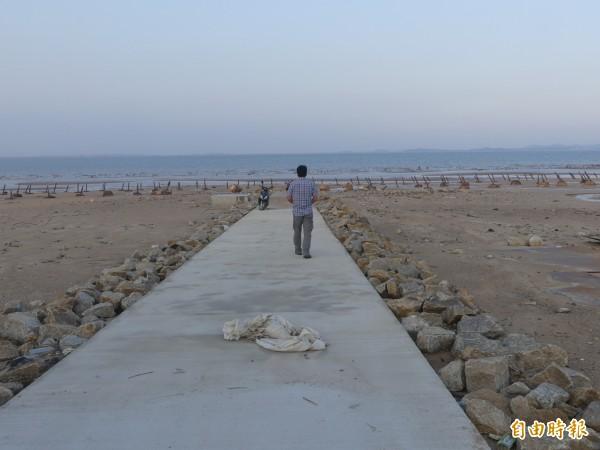 金門岸邊向海灘延伸的「蚵道」是為協助蚵民下採蚵、運蚵所建。(記者吳正庭攝)