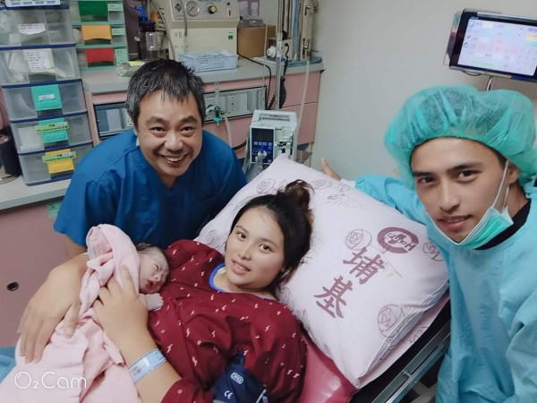 埔里基督教醫院李文車醫師(左一)開心地與接生的首位國慶寶寶及其父母合照。(圖擷自李文車臉書)