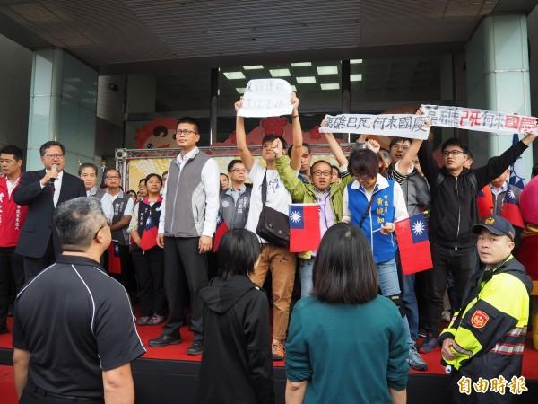 桃園市政府今天首次自辦升旗典禮,市長鄭文燦致詞時,市長參選人朱梅雪突然率人衝上台抗議。(記者陳昀攝)