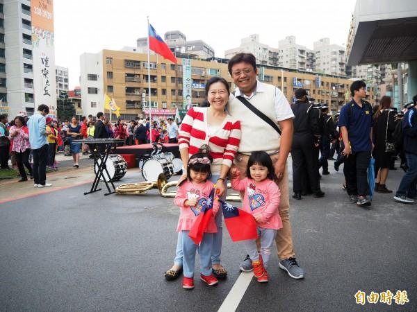 家住青埔的這家人得知市府首屆自辦升旗,特地前來參與。(記者陳昀攝)