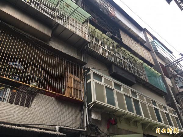 王女一家三口住在四樓公寓(右邊民房)。(記者許倬勛翻攝)