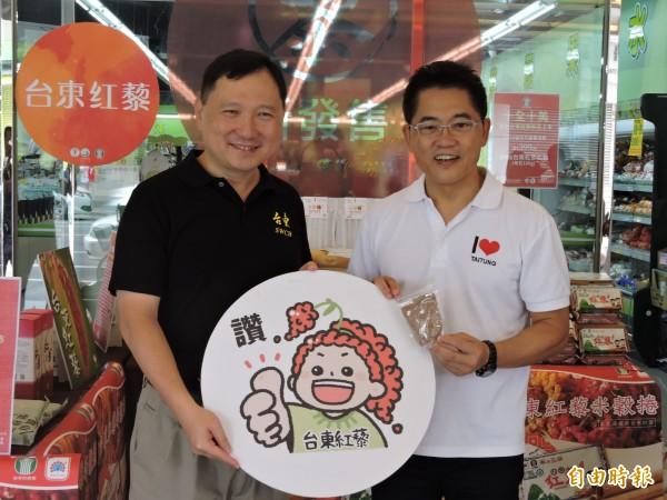 水保局台東分局長王志輝(左)陪同,縣長黃健庭(右)試手氣行銷紅藜。(記者張存薇攝)