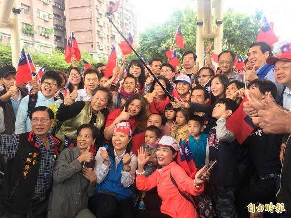 前總統馬英九(中排中)與民眾開心玩自拍。(記者周敏鴻攝)