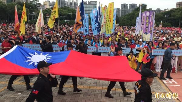 受到11月大選影響,今天的新竹縣國慶升旗府前廣場幾乎「爆棚」。(記者黃美珠攝)
