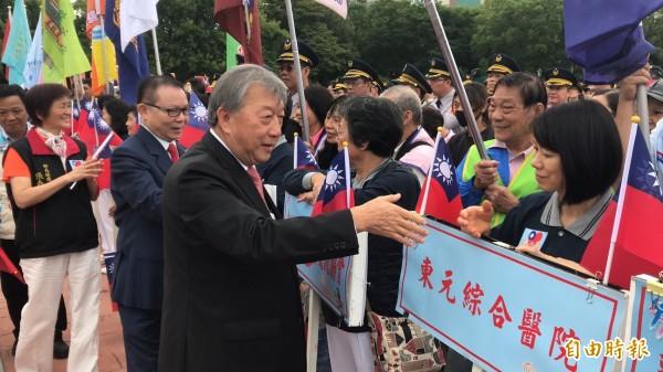新竹縣長邱鏡淳(左前)今天是他2年任內最後一次以縣長身分主持國慶升旗大典。(記者黃美珠攝)