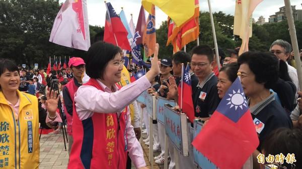 民國黨新竹縣長參選人徐欣瑩準時出席新竹縣府前廣場的國慶升旗。(記者黃美珠攝)