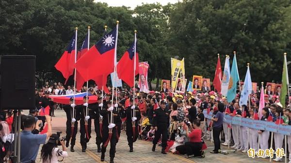 因為選舉,新竹縣今年的國慶升旗典禮「爆棚」,個頭嬌小的小朋友要觀禮必須擠道國旗進場的通道上來。(記者黃美珠攝)