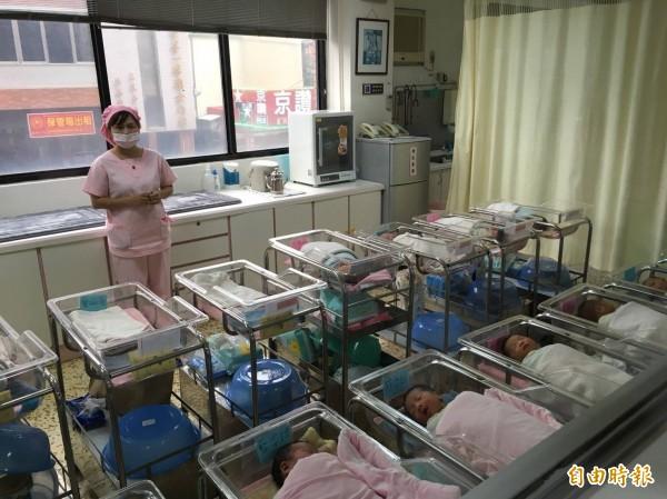 竹市10名雙十寶寶報到,林智堅祝福平安健康幸福成長。(記者蔡彰盛攝)