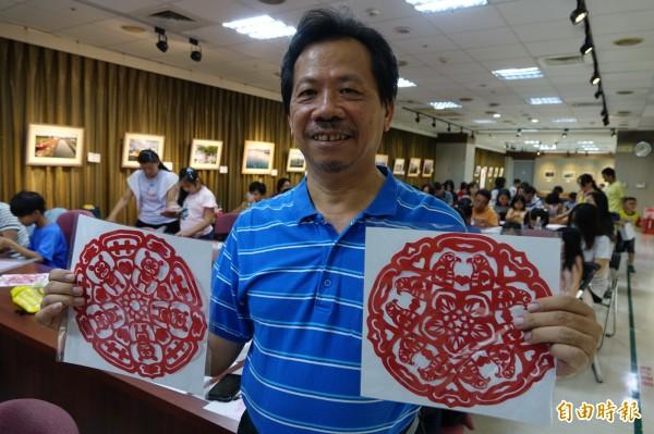 紙藝達人王楨文用一把剪刀剪出「熊愛雙十」與「國慶鳥」,用行動來慶祝國家生日。(記者劉曉欣攝)