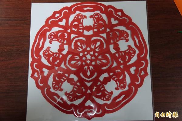 紙藝達人王楨文用一把剪刀剪出「國慶鳥」。(記者劉曉欣攝)