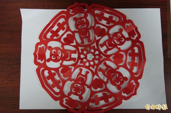 紙藝達人王楨文用一把剪刀剪出「熊愛雙十」。(記者劉曉欣攝)