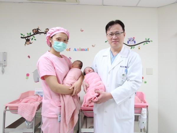 苗栗市大千醫院婦產科主任周志恆(右)醫師說,雙十慶典加上農曆日子不錯,不少媽媽選在雙十慶典剖腹產。(記者張勳騰翻攝)
